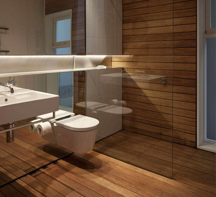 Элементы, которые сделают пространство #ванной комнаты шире:  Визуально делают пространство шире: блестящие покрытия и #зеркала спокойной либо натуральной ненасыщенной расцветки; выкладка стены прямоугольными плитами в горизонтальном направлении; укладка напольного покрытия диагональным способом.  Визуально делают потолок выше: вертикальная укладка прямоугольной настенной плитки; идущий вдоль узор на плитке; вертикальная расстановка имитации колонн по углам помещения.