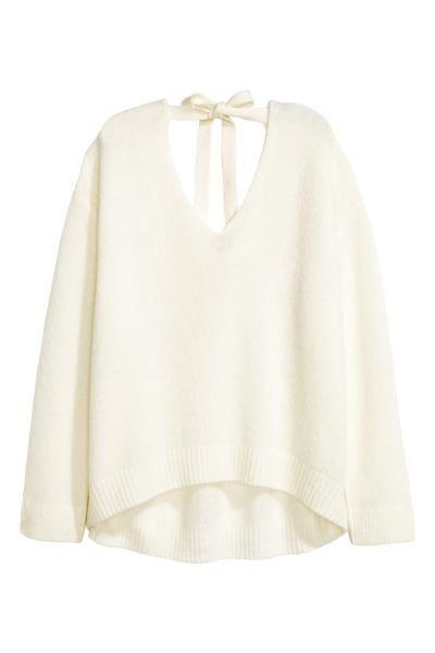 Sweter: Szeroki sweter z miękkiej mieszanki zawierającej wełnę. Dekolt w serek z przodu i z tyłu, wiązanie na karku, obniżone ramiona. Rękawy i dół ze ściągaczem.