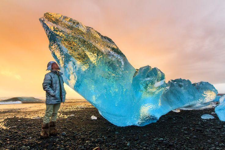 La laguna de Jokulsarlon, con una extensión de 25 kilómetros cuadrados, alberga una espectral concentración de icebergs azules. Esta balsa de agua que acaba fluyendo hacia el mar, situada cerca de la carretera de circunvalación, ha acogido rodajes de películas como 'Batman Begins' o 'Muere otro día', de la saga de James Bond. El hielo nace del glaciar Breioamerkurjokull, un ramal del imponente campo de hielo de Vatnajokull. Se puede navegar en barco entre los icebergs o dar un paseo por la…