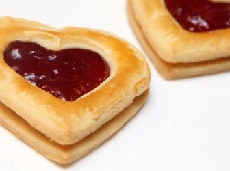 Valentin-napi linzer recept: Valentin napkor számos meglepetéssel kedveskedhet az ember a párjának. Egy apró ötlettel szolgálunk mi is, hogy mi lehet a kedveskedés módja. http://aprosef.hu/valentin-napi_linzer