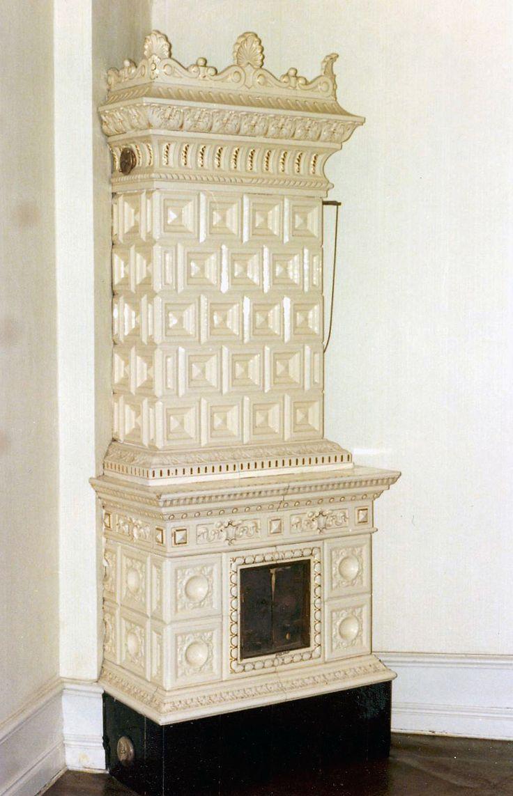 Beige tiled stove with gold decorations. Björks Kakelugnsfabrik (tiled stove manufacturer), circa 1895. Height 294 cm.