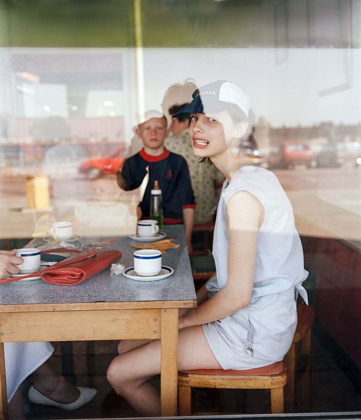 Tom Wood: Grimace girl in Café, 1986.