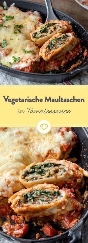 Die vegetarischen Maultaschen vestecken eine Füllung aus Spinat, Pilzen und Muskat. Schnell noch mit Käse und Tomatensauce gratinieren und genießen.