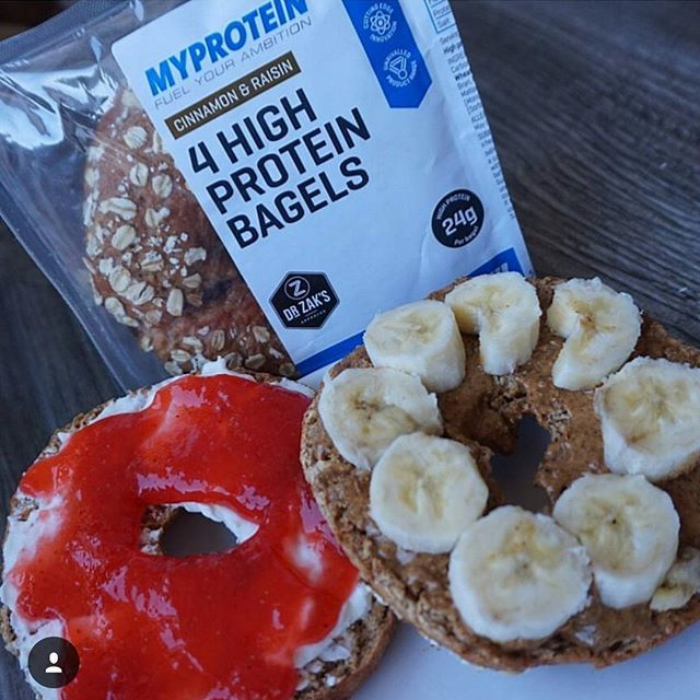 Schon entdeckt? Ab sofort haben wir High Protein Bagels in unserem Sortiment mit aufgenommen, um euch zukünftig noch mehr Möglichkeiten zu eröffnen, euren Proteinbedarf auf einfache Art und Weise abzudecken.  Unser Chefkoch @schmale_schulter hat sie gleich mal getestet und unter anderem mit unserer Peanutbutter und Banane verköstigt! Testurteil: Mega gut  Wenn du sie ausprobieren willst, dann folge dem Link in der Bio und bestell sie noch heute!  #myprotein #myproteinde #fuelyourambition…