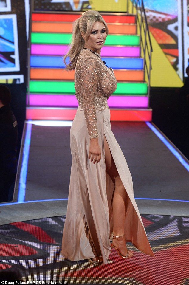 Heely good: Nicole showed off her slender legs in the ensemble teamed with sky high gold s...