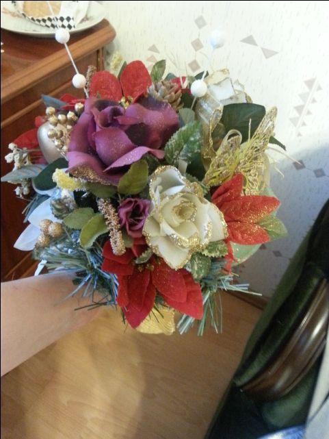 Bukiet ze sztucznych kwiatów na świąteczny stół