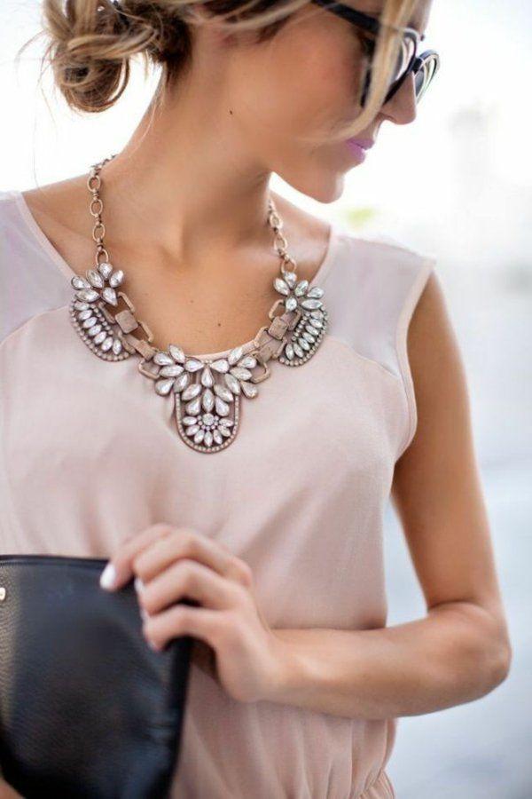 collier plastron, modèle joli aux cristaux