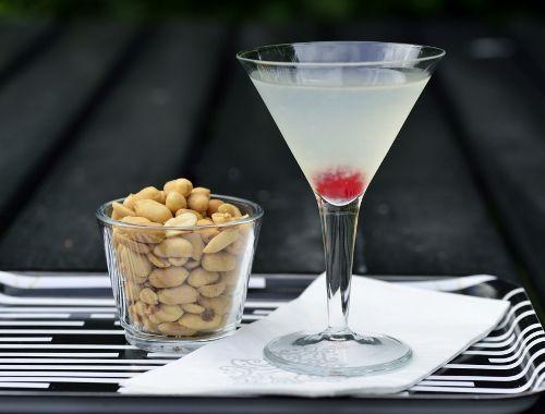 White Lady. Ett klassiskt drinkrecept på White Lady med gin, cointreau (apelsinlikör) samt pressad citron.