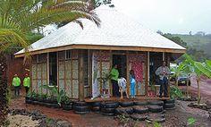Para el exterior se usaron ladrillos de latas de bebidas compactados en bloques sólidos y el techo fue construido con cajas de tetra