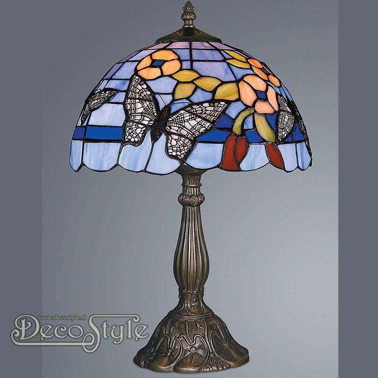 Tiffany Tafellamp Avis Butterfly  Een bijzonder mooie tafellamp. Helemaal met de hand gemaakt van echt Tiffanyglas. Dit originele glas zorgt voor de warme uitstraling. De voet is bronskleurig. Met grote fitting (E27) Max 60 Watt. Met schakelaar aan het stroomsnoer. Afmetingen: Hoogte: 47 cm Diameter Kap: 30.5 cm
