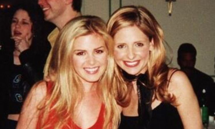 Sarah Michelle Gellar links arms with Isla Fisher in throwback snap #DailyMail
