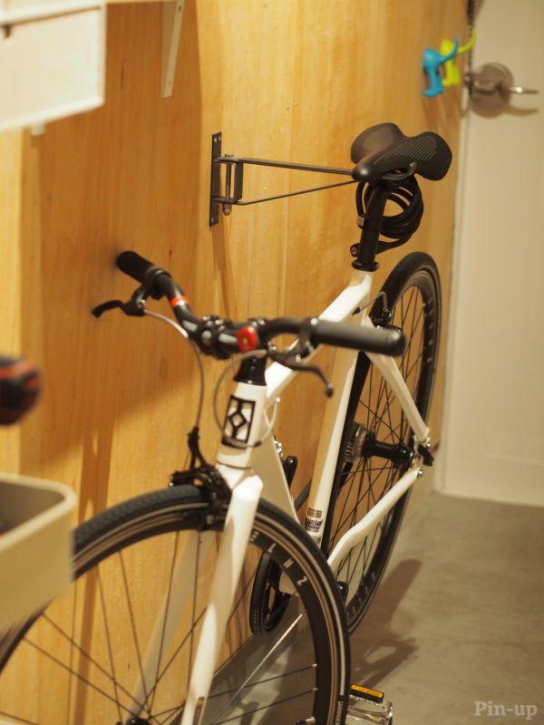 広い土間の玄関の壁に掛けて 自転車フック 玄関 自転車 自転車