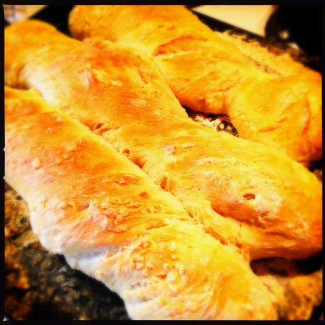 Vridna baguetter.  Efter Anna Bergenströms recept.  Enklaste brödbaket.  Blir alltid gott.   Rör ut 25 gram jäst i 6 dl ljummet vatten. Rör ned vetemjöl tills det blir en deg. Låt jäsa i bunken med handduk på några timmar. Häll ut på mjölad plåt. Knåda inte. Dela i tre delar. Vrid dem till baguetter. Låt jäsa på plåt tills ugnen blir 275 grader. Pensla med vatten. Sätt in i ugnen. Sänk värmen till 150 grader när de börjar få färg (10-15 min). Grädda 15-20 minuter till i den svaga värmen.