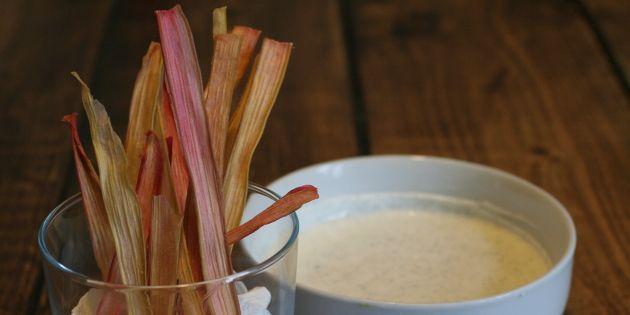 Sjov opskrift på sprøde hjemmelavede rabarberchips - en dejlig snack, der tilfredsstiller den søde tand.