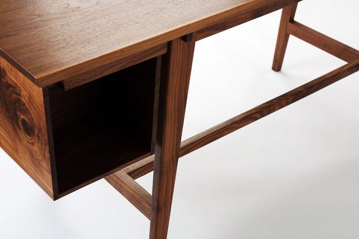 오른쪽 측면에 3단 서랍장을 설치해 편리함을 더한 책상. 3단 서랍장은 분리가능하다. material : black walnut       size: 1390x645x730(h)    color : natural oil finish…