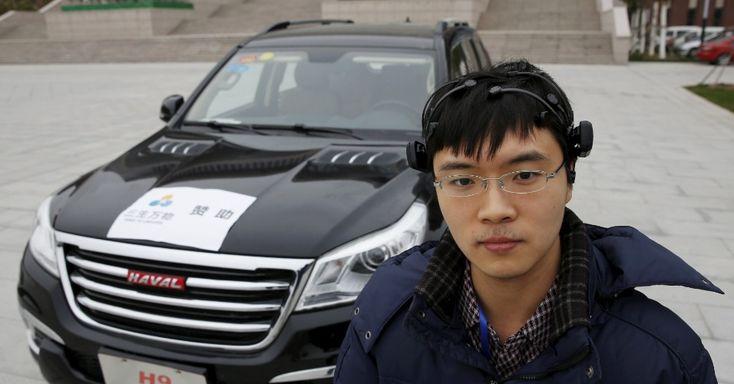 DIRIGIR COM O C�REBRO - O jovem cientista chin�s Zhang Zhao usa equipamento capaz de dirigir um carro somente usando o c�rebro. O prot�tipo apresentado na Universidade de Nankai, em Tianjin, China, capta as ondas cerebrais usando tecnologia de um eletroencefalograma. Com o aparelho na cabe�a e entre os ouvidos, o pesquisador consegue mover o carro para a frente e para tr�s, e abrir e fechar o ve�culo