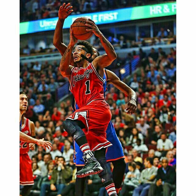 Dscored 29 points in a victory against the Thunder tonight while wearing his adidas D Rose 6. (Photo via @sportsposters)