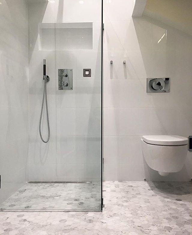 Ännu ett stilrent badrum hemma hos @vindsetagen . Bianco Carrara hexagoner på golvet och även här modern inbyggd dusch från Tapwell  #kakel #klinker #granitkeramik #renoveringsdamm #badrumsrenovering #badrum #klassisk #stonefactoryse #tiles #tile #drömhem #design  #hemmabäst #finahem #inreda  #tidlös #homeinspiration #homeinspo #homestyling #homeinterior #marmor #biancocarrara #inredningsdesign #carraramarmor #mode #interior4all #scandinavianhomes #modernt #inredningsdesign #blackandwhite #t