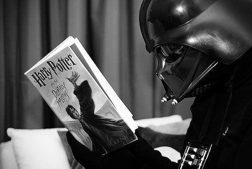 Darth Vader reads Harry PotterGeek, Darth Vader, Reading, Darthvader, Harrypotter, Dark Side, Stars Wars, Harry Potter, Starwars