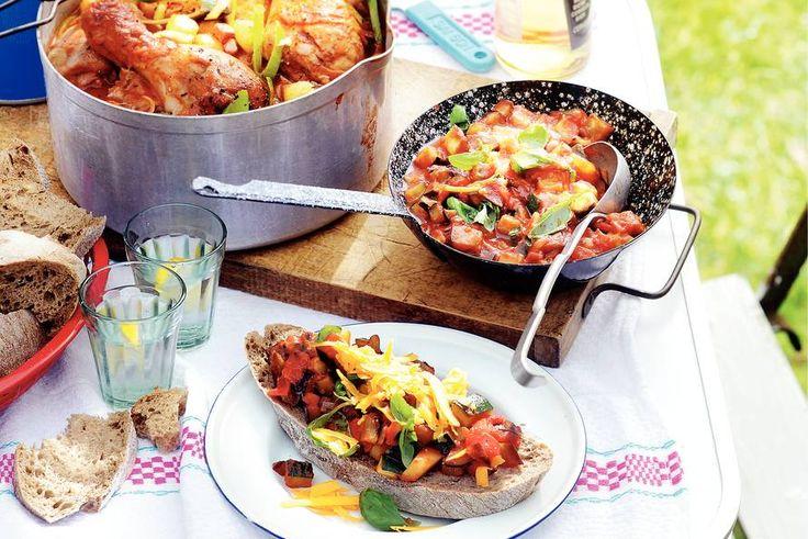 Waarom zou je coq au vin alleen op chique diners serveren? Deze variant eet je óók voor je caravan! - recept - Allerhande