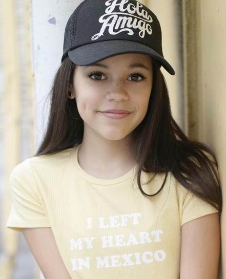 Ribbit ! Ribbit ! I'm a frog ! Jenna Ortega is so sweet and beautiful ! She's pretty enough to be a princess ! If she kissed me, I'd turn into a prince !