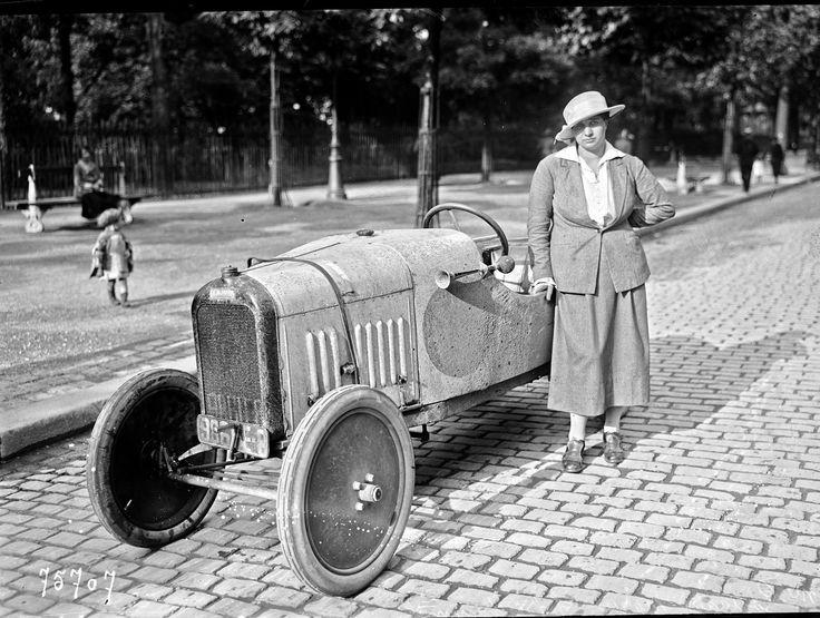 Violette est alors en pleine préparation des Jeux Olympiques de 1928, les 1ers ouverts aux femmes, pour lesquels elle espérait être sélectionnée.  C'est une catastrophe….