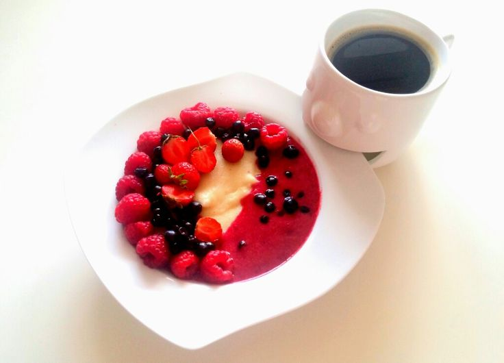 Dziś kasza manna z musen z czerwonych owoców a do tego maliny, jagody, truskawki i oczywiście kawa. Oby szybko się rozpogodziło i przyszło prawdziwe lato ☀❤ ---> Zapraszam moją stronę na fb https://m.facebook.com/eatdrinklooklove/ ❤ -------------------------> Today semolina with mousse of red fruits and for the raspberries, blueberries, strawberries and of course coffee. It may quickly cleared up and it came true summer ☀❤ ---> I invite my page on fb https://m.facebook.com/eatdrinklooklove…
