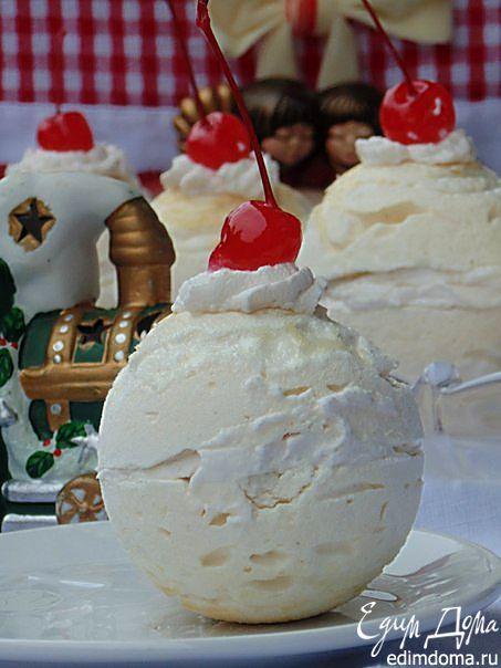 """Новогодний вариант известного десерта """"Павлова"""". Хрустящее безе в форме """"снежного шара"""" с начинкой из вбитых сливок и ароматной вишни."""
