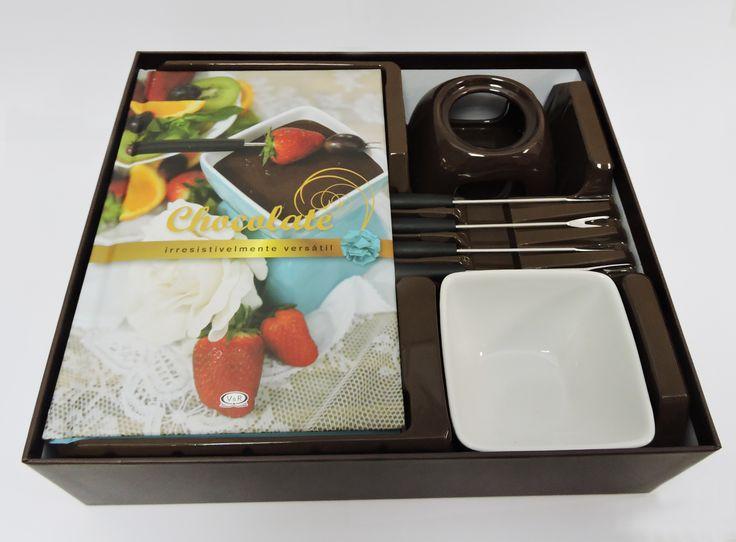 """O livro """"Chocolate"""" é uma forma versátil de aprender a fazer diferentes receitas de foundue! Além de dicas, o livro vem com um mini kit para fazer foundue! Você encontra o livro na Livrarias Curitiba do Shop São José por apenas R$99,99 #ShopSãoJosé #PáscoaSSJ"""