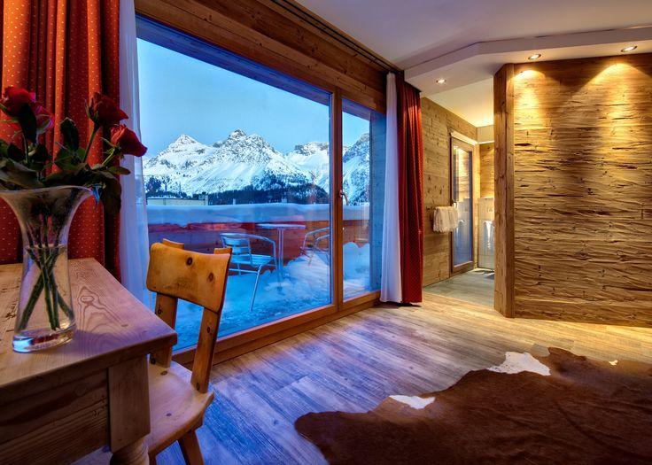 Kendine has toprak rengi görünümü ve özel çapalama işlemi sayesinde uygulandığı ortamlara yüzey sıcaklığını yansıtan Mont Blanc ladin duvar panellerimiz uzun ömürlü yapıya sahip olmasıyla çok tercih ediliyor. Ürün hakkında detaylı bilgi almak için: 0 (212) 244 99 60