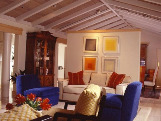 UNEXPECETD TOUCHES OF COLOR ENERGIZE LIVING ROOM - Home and Garden Design Idea's