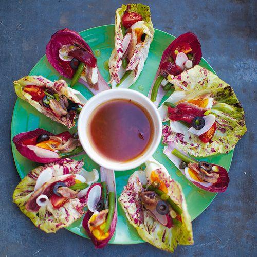 Na een uitgebreid onderzoekonder mijn culinaire en Fransevrienden ben ik ik tot de conclusiegekomen dat je een salade'Niçoise' mag noemen zolang hijingrediënten bevat die je in deomgeving van de...