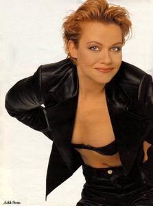 Jennifer Nitsch als Halbstarker  http://img212.imagevenue.com/loc1100/th_962056277_JenniferNitschTVSpielfilm13_199602_122_1100lo.JPG