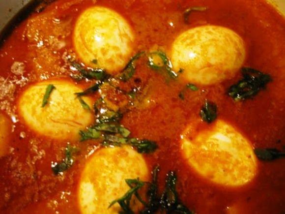 Gekookte eieren met kerrie (TELOR TOELA BENGGALA) is een heerlijke combinatie. Het is heel simpel te maken maar heel lekker je kan het met veel verschillende groenten soorten combineren en serveren met witte rijst! Onderstaand recept is voor 4 personen. 1...