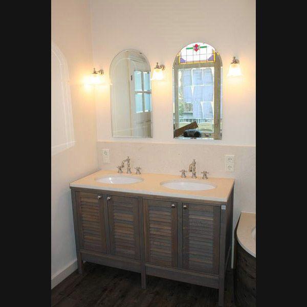 Klassiek badkamermeubel met louvre deuren donker eiken en RVB kranen