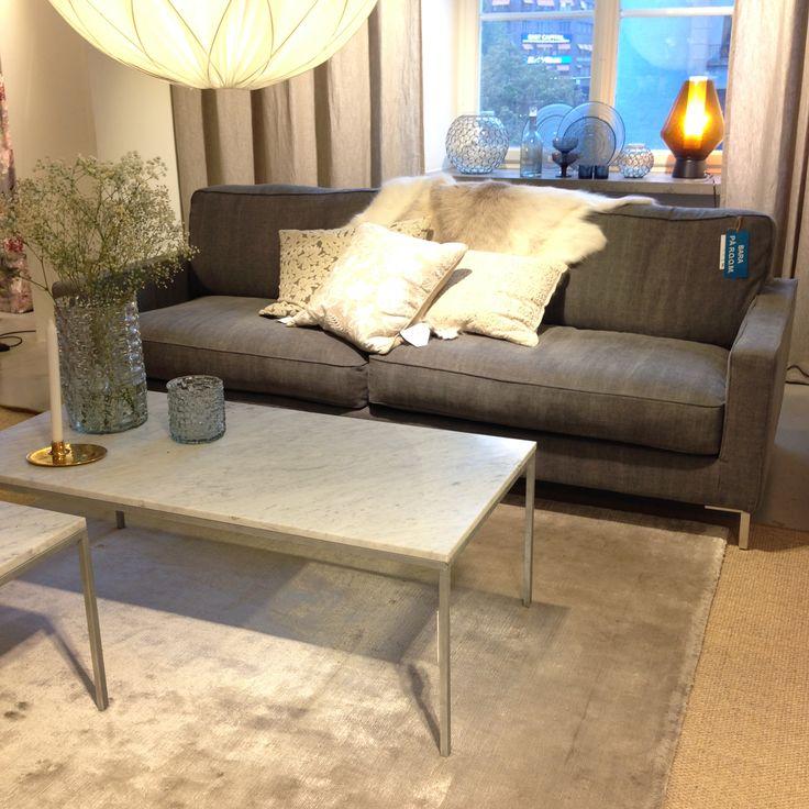 Snygga gråa nyanser. Leo 2,5 sits soffa i detta utförande 24.300kr och marmorbord 7.750kr, produkter du bara kan köpa hos oss! #butikenroom #barapåroom #grey #marmor #marble #sofa #soffa #inredning #interior
