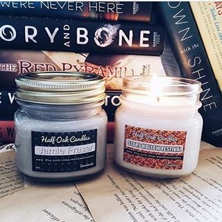 Jamie Fraser Scent: Oakmoss, Pepper and Smoke, with a hint of Ocean air  Stars Hollow Scent: Warm Caramel Popcorn  Tag #halfoakcandles to share 📍Tag a friend who will like these candles. 📸 @bookstorefinds  #books #bookgeek #bookgasm #booknerd #readmore #intalike #igbooks #instabook #lovereading  #abc7eyewitness #booklover #booknerdigans #bibliophile #igreads #intagood #huffpostgram #totalbooknerd  #lorelaigilmore #rorygilmore #sookie #gilmoregirls  #gilmoregirlsrevival  #jamiefraser…