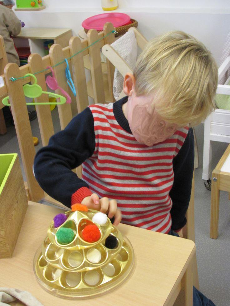 Placer les pompons dans les alvéoles, avec les doigts ou en utilisant une pince (Nathaliell)