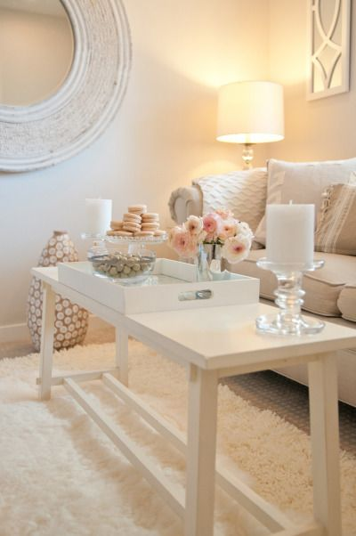 Sala en tonos claros : http://www.stylemepretty.com/living/2015/06/08/a-date-night-at-home-with-lauren-scruggs-jason-kennedy/ | Photography: Light Travels - http://lighttravelsphoto.com/