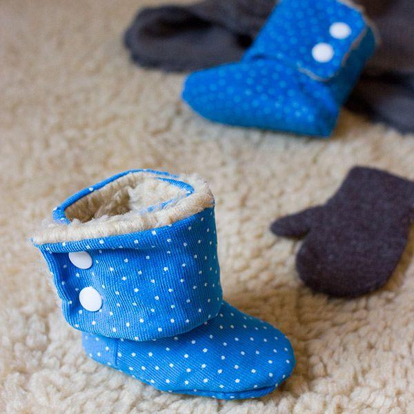Brrrr ist das kalt! Damit die Kleinsten keine kalten Füße bekommen, eignen sich kuschlige Hausschuhe perfekt. In meinem Buch Babyschühchen nähen findet ihr das Modell Schneeflöckchen auf Seite 33. Da