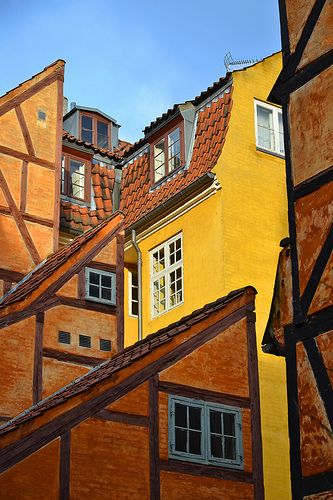Only few houses in central Copenhagen have kept their timber frame identity like these buildings in Pistolstræde. Via Thomas Roland