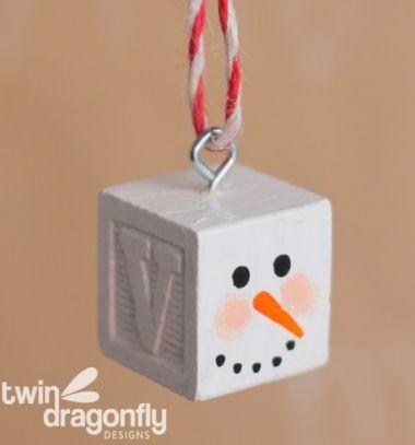Easy DIY wood block snowman ornament // Egyszerű fakocka hóember karácsonyfadísz játékkockákból // Mindy - craft tutorial collection // #crafts #DIY #craftTutorial #tutorial