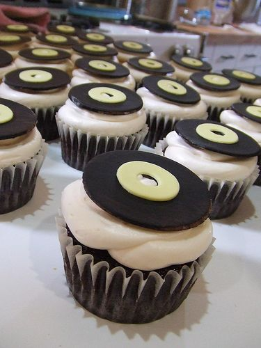 Yummy looking record cupcakes ... I just want to eat these! #wedding #music