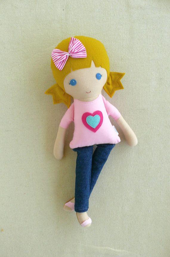 Stof Doll Rag Doll Blond Haired meisje in roze hart door rovingovine
