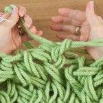 fare la maglia senza ferri, lavorare maglia senza ferri, come lavorare a maglia senza ferri, lana grossa da lavorare con le mani, lavorare la lana con le braccia,