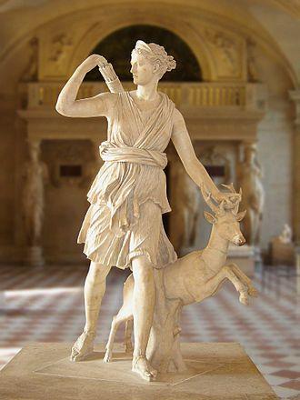 Diana (mitologia) - Louvre  Em Roma, Diana era a deusa da lua e da caça, mais conhecida como deusa pura, filha de Júpiter e de Latona, e irmã gêmea de Febo.  Era muito ciosa de sua virgindade. Na mais famosa de suas aventuras, transformou em um cervo o caçador Acteão, que a viu nua durante o banho.  Indiferente ao amor e caçadora infatigável, Diana era cultuada em templos rústicos nas florestas, onde os caçadores lhe ofereciam sacrifícios. Na mitologia romana, Diana era deusa dos animais…