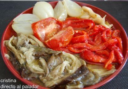 Escalivada o ensalada de verduras asadas. Se le puede añadir atún y huevo para que sea un plato completo. Si se asan las verduras envueltas en papel de aluminio se aprovechan los jugos y se asan más rápido.