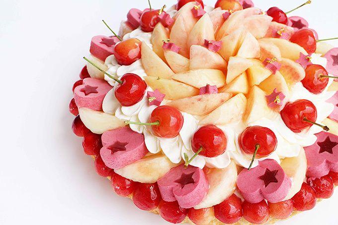 カフェコムサ、七夕をイメージした「織姫」&「彦星」のケーキ - 星を模ったフルーツを散りばめて | ファッションプレス