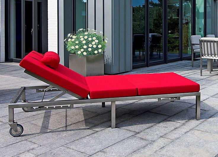Pure Entspannung bei gleichzeitiger Stabilität und Robustheit zeichnet diese Liege aus. Sie steht im Garten, auf Dachterrassen oder am Schwimmbad. Die klare und puristische Form des Möbel finden Sie auch indoor: in der Sauna, im Gästezimmer oder in Praxen.