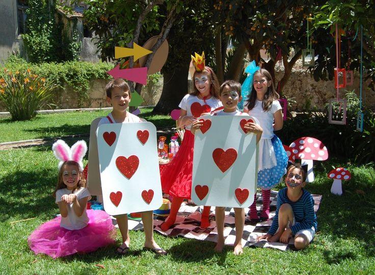 Porque é Carnaval...  Esta produção da Alice no País das maravlihas foi feita há já algum tempo ...  Mas pode servir de inspiração para agora ;). Há uma coelhinha e tudo! Tutus, máscaras, cartas... Muita magia no ar!***
